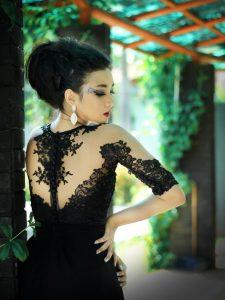 tiulowany dół błyszczącej sukienki