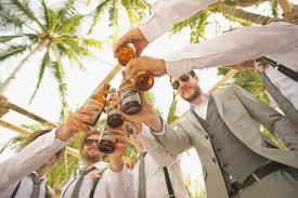 grupka mężczyzn ubranych w ślubne garnitury